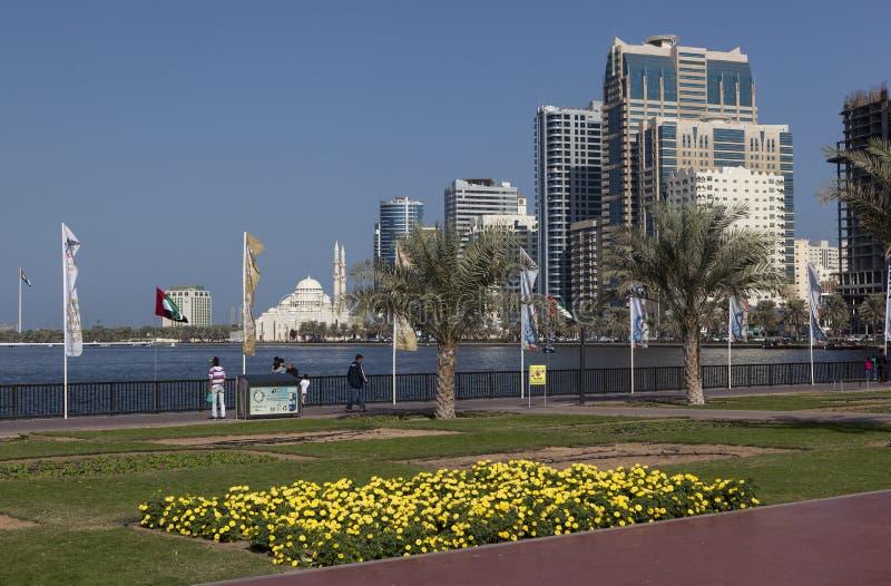 Kaj Khalid Lagoon och Al Noor Mosque (Al Noor Mosque) Sharjah förenade arabiska emirates royaltyfria bilder