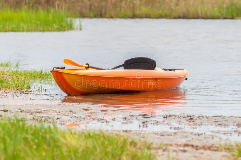 Kajak arancio sulla spiaggia del suono di pamlino fotografia stock