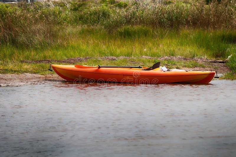 Kajak arancio sulla spiaggia del suono di pamlino fotografia stock libera da diritti