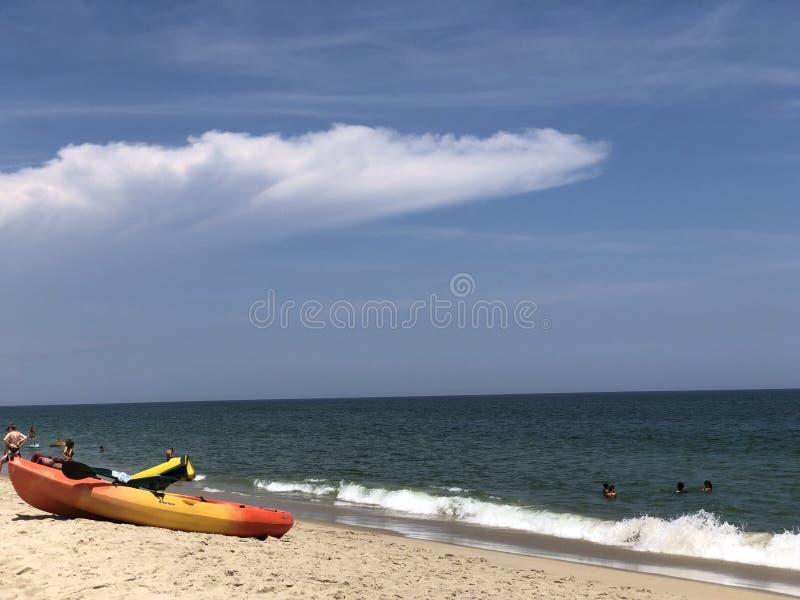 Kajak auf dem Strand lizenzfreies stockbild