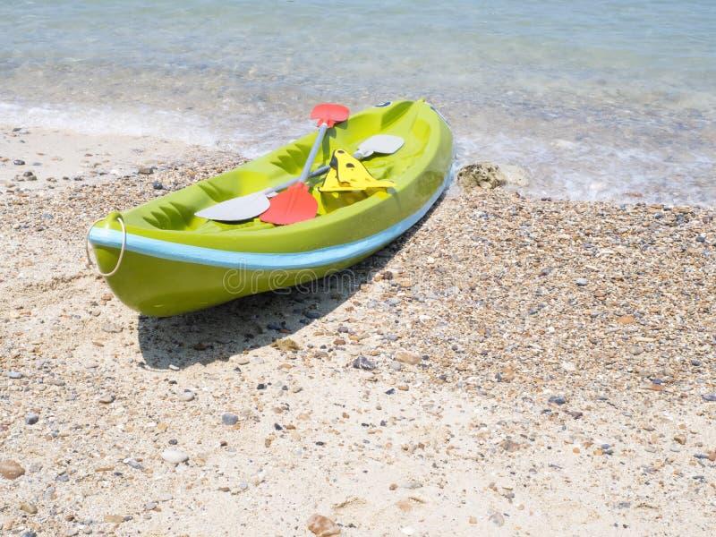 Kajak auf dem Strand lizenzfreie stockfotografie