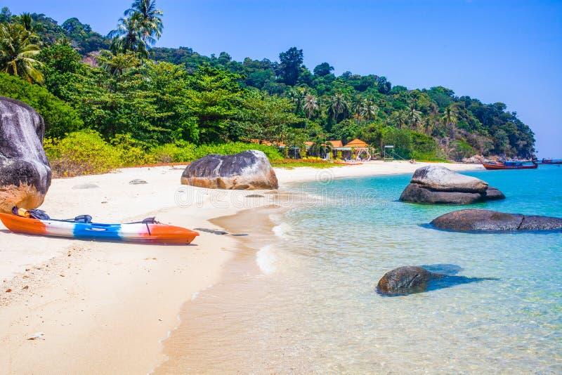 Kajak auf einer isolierten tropischen Insel - exotische Urlaubslandschaft - Koh Lipe, Thailand stockbilder
