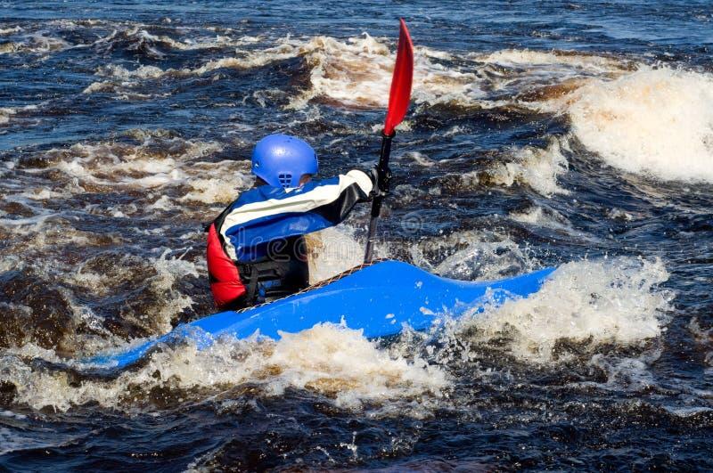 Kajak auf Fluss lizenzfreies stockfoto