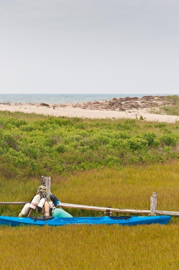 Kajak band bis zu einem hölzernen Gehwegdock mit Hummerbojen auf einer Insel stockbilder