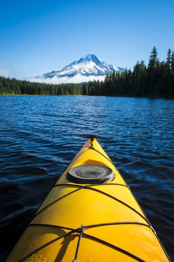Kajak in bergmeer, Mt. Kap, Oregon royalty-vrije stock foto's