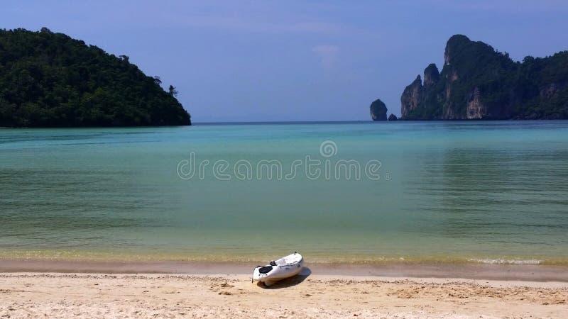 Kajak bij het Strand van Laem Phra Nang, Krabi, Thailand stock afbeelding