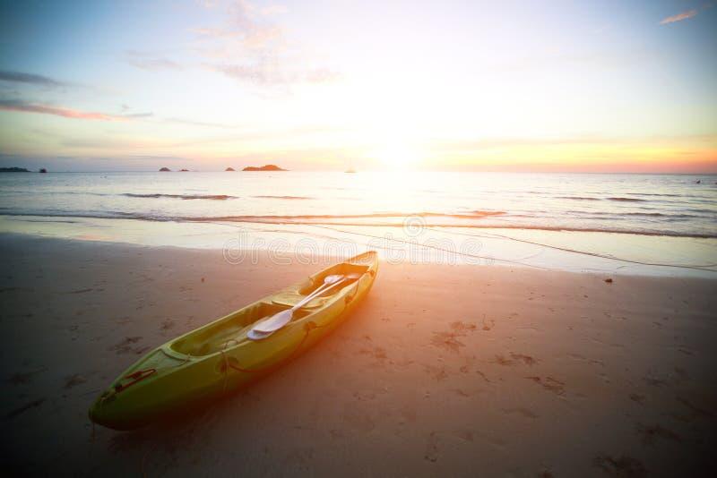 Kajak bij het tropische strand stock afbeelding