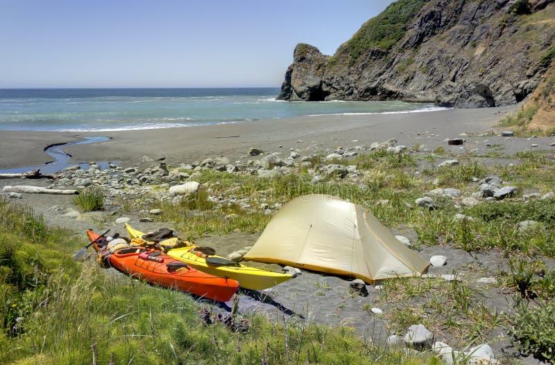 Kajak che si accampa nella regione selvaggia di Siskiyou, California del nord immagini stock libere da diritti