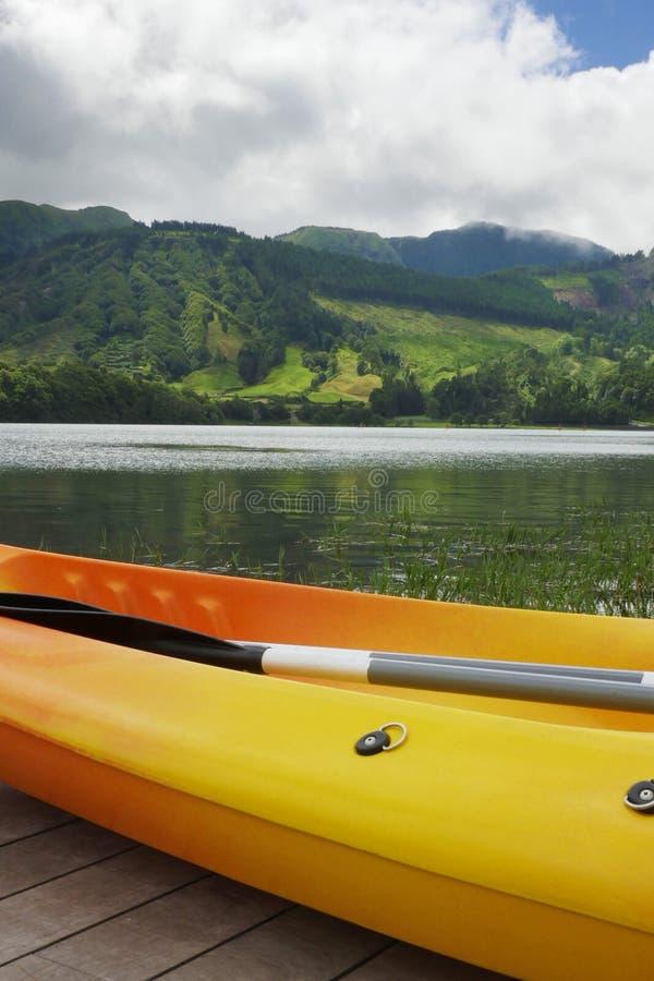 Kajak, czółno przy Błękitnym jeziorem i Lagoa Azul w Sete Cidades Sao Miguel Azores wyspie Portugalia obraz royalty free