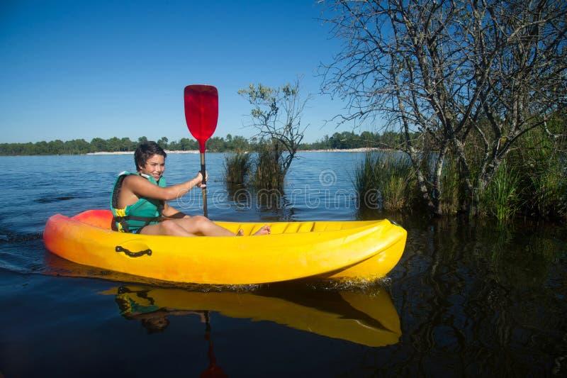 Kajak de fabricación adolescente de la canoa fotos de archivo libres de regalías