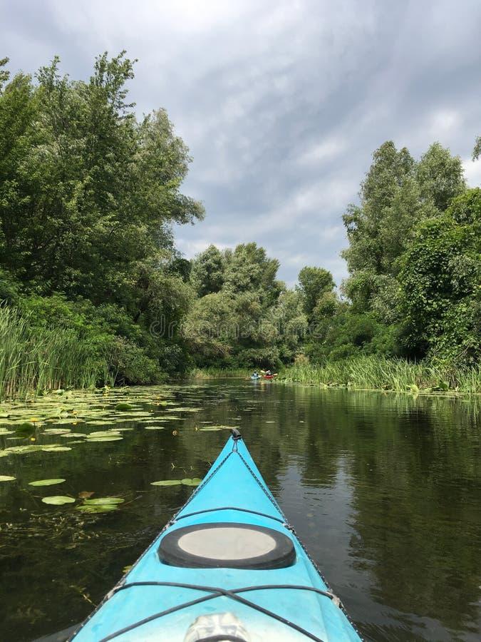 Kajak in de rivier stock fotografie