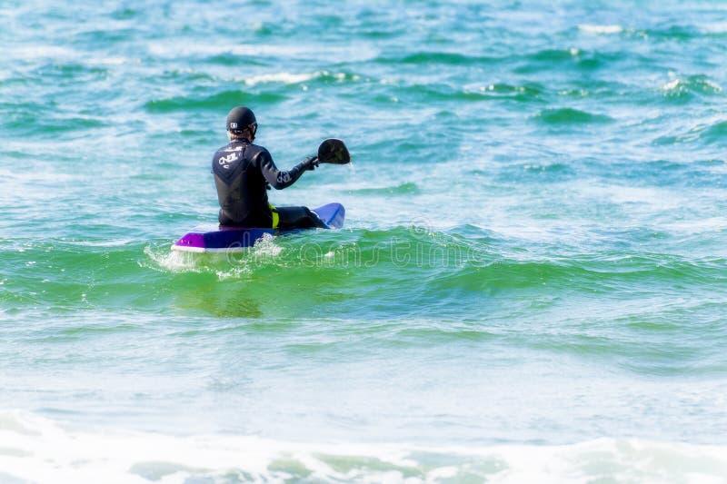 Kajak dell'uomo nell'oceano Pacifico fotografie stock libere da diritti