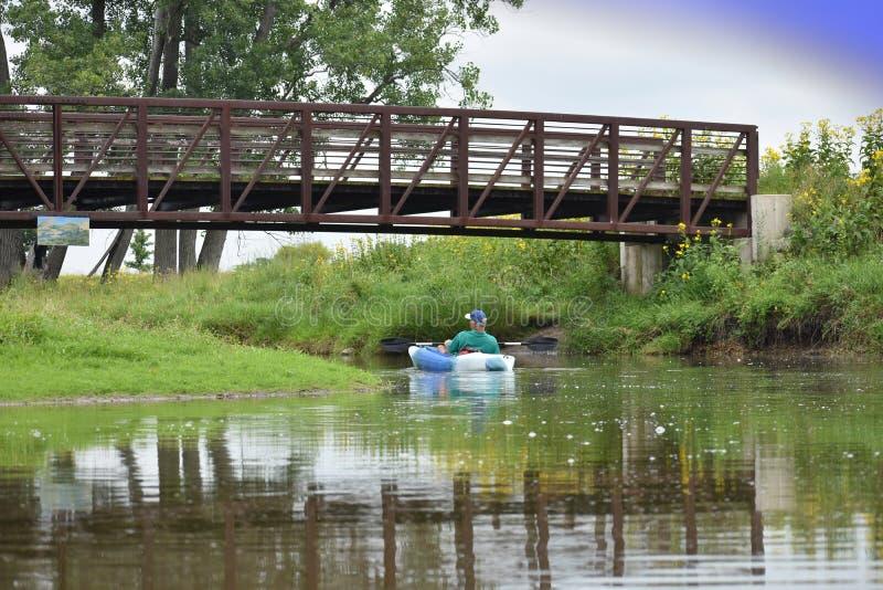 Kajak die onder brug gaan stock fotografie