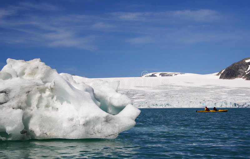 Kajak door gletsjer stock foto's