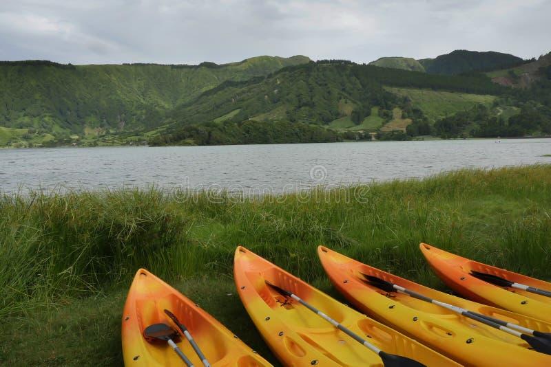 Kajak e canoa nel lago blu o Lagoa Azul nell'isola Portogallo di Miguel Azores del sao di Sete Cidades immagini stock