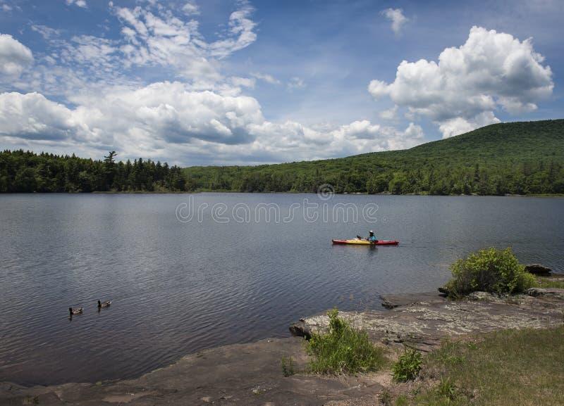 Kajak en el lago del norte, montañas de Catskill fotografía de archivo libre de regalías