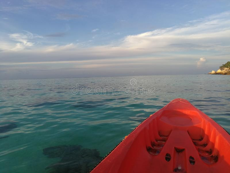 Kajak en el mar imagen de archivo