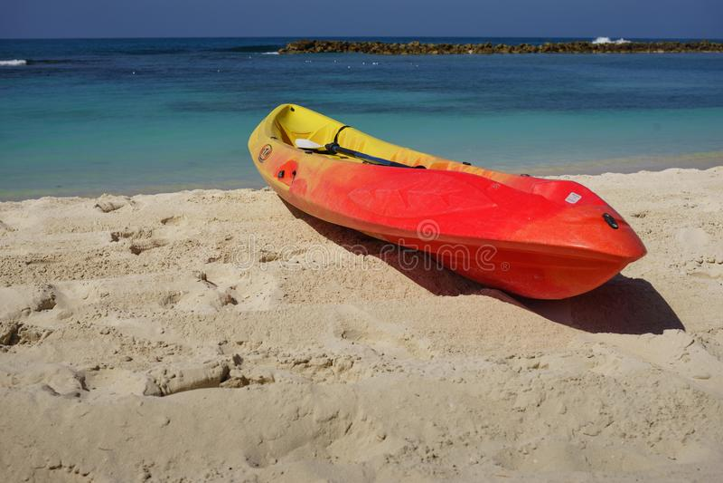 Kajak en peddel door de kust op het mooie witte zand van Labadee, Haïti stock afbeeldingen