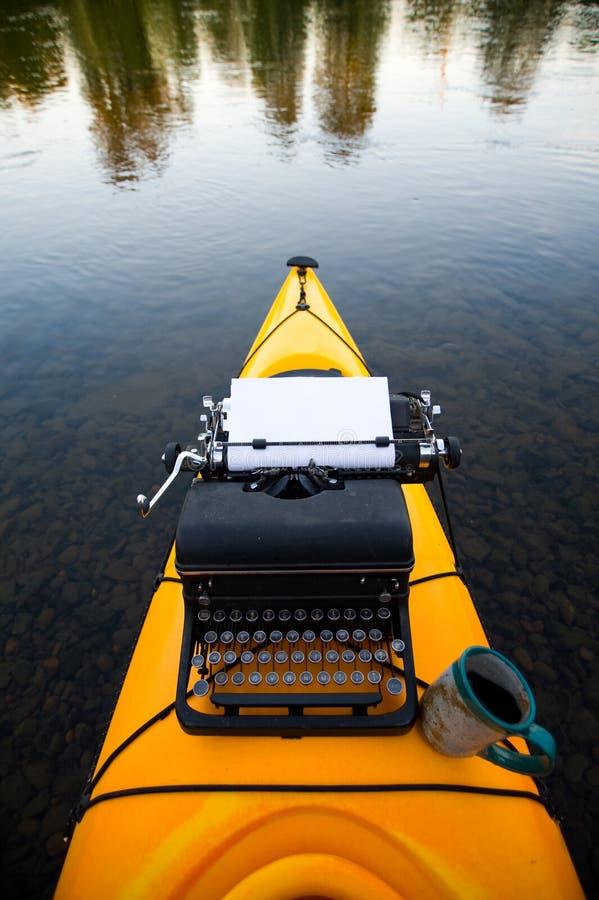 Kajak mit einer Schreibmaschine stockfoto
