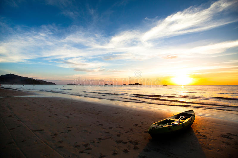 Download Kajak Na Plaży Przy Zmierzchem Obraz Stock - Obraz złożonej z sceneria, harmonia: 28953117