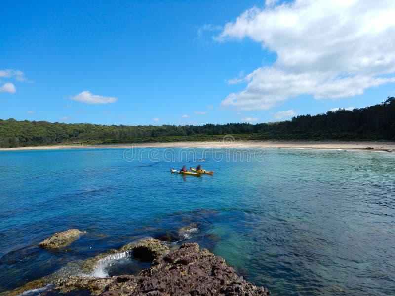 Kajak in oceaanbaai in Murrumarang Marine Reserve, Australië royalty-vrije stock foto's