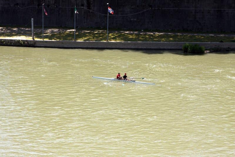 Kajak på den Tiber floden Rome Italien arkivbilder