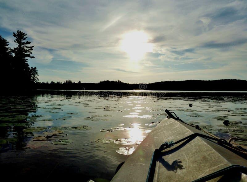 Kajak på en sjö i afton royaltyfri fotografi