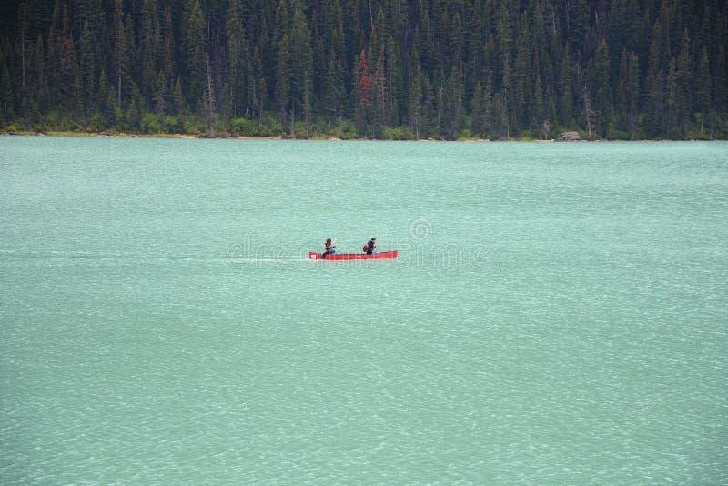 Kajak på Lake Louise royaltyfri foto