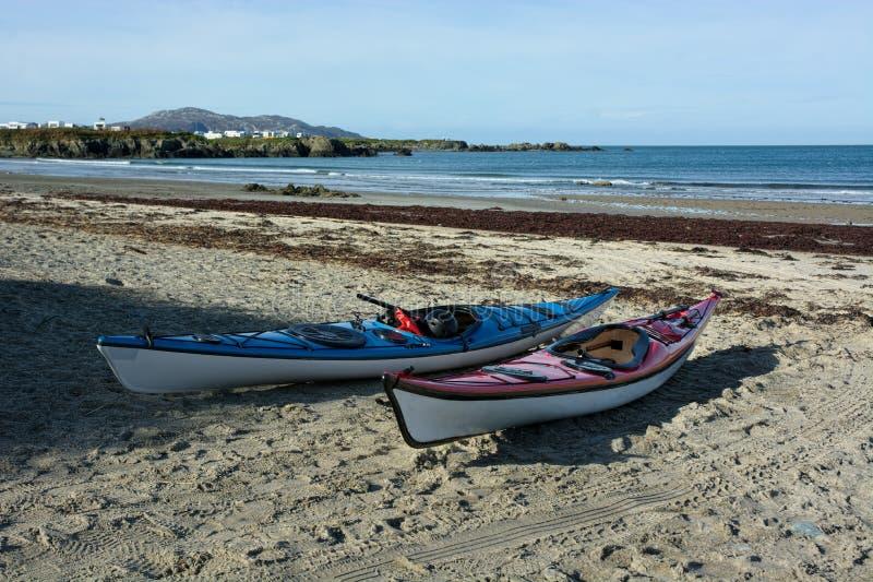 Kajak på strand arkivbild