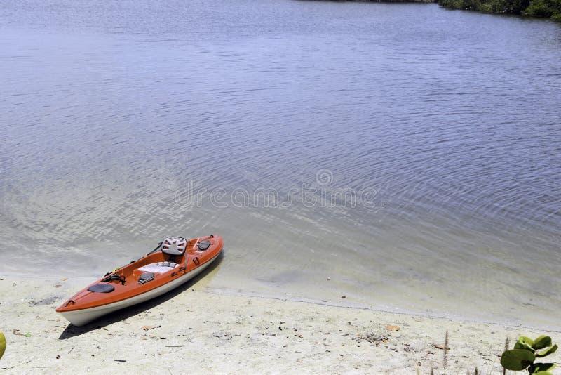 Kajak p? en strand royaltyfri foto