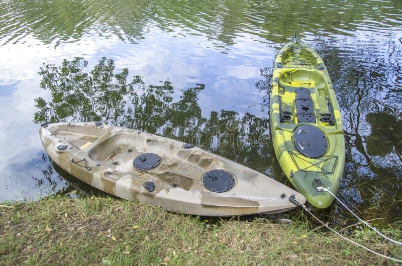 Kajak pesquero del solo asiento dos en el río foto de archivo