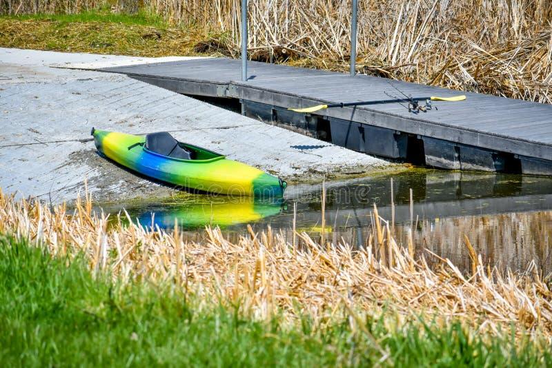 Kajak som är klar att lanseras i sjön royaltyfri fotografi