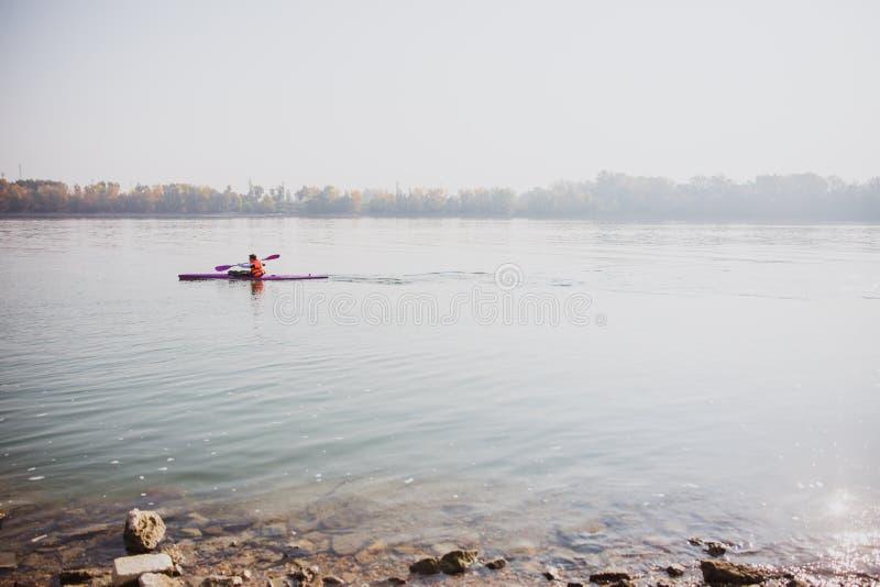 Kajak sul Danubio a Budapest, Ungheria fotografie stock libere da diritti