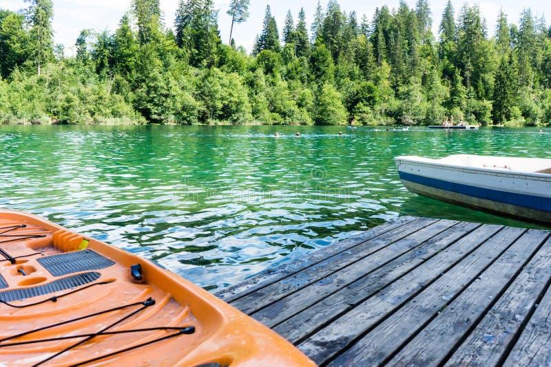 Kajak sul lago di crestasee pronto per l'uso immagine stock libera da diritti