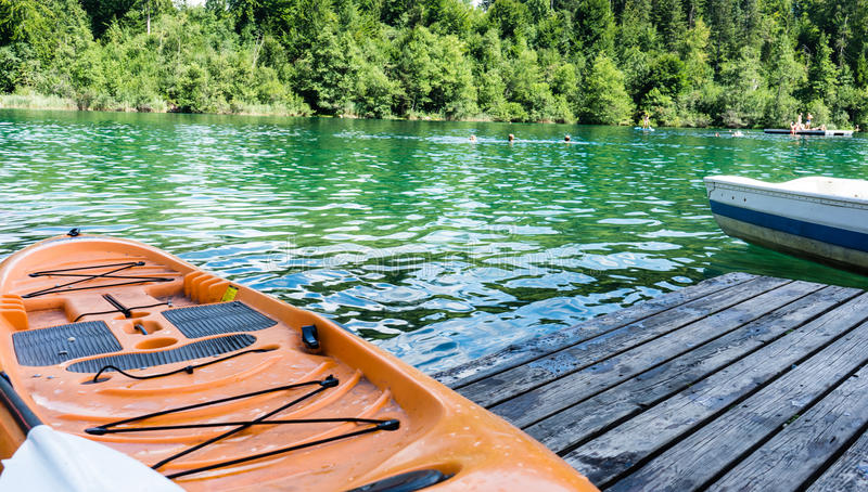 Kajak sul lago di crestasee pronto per l'uso immagini stock libere da diritti