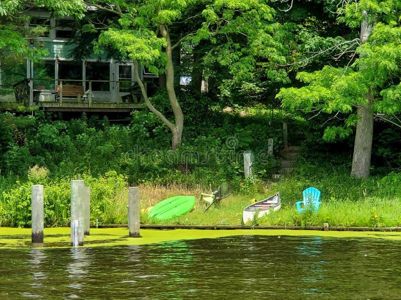 Kajak und Kanu auf Flussufer stockbilder
