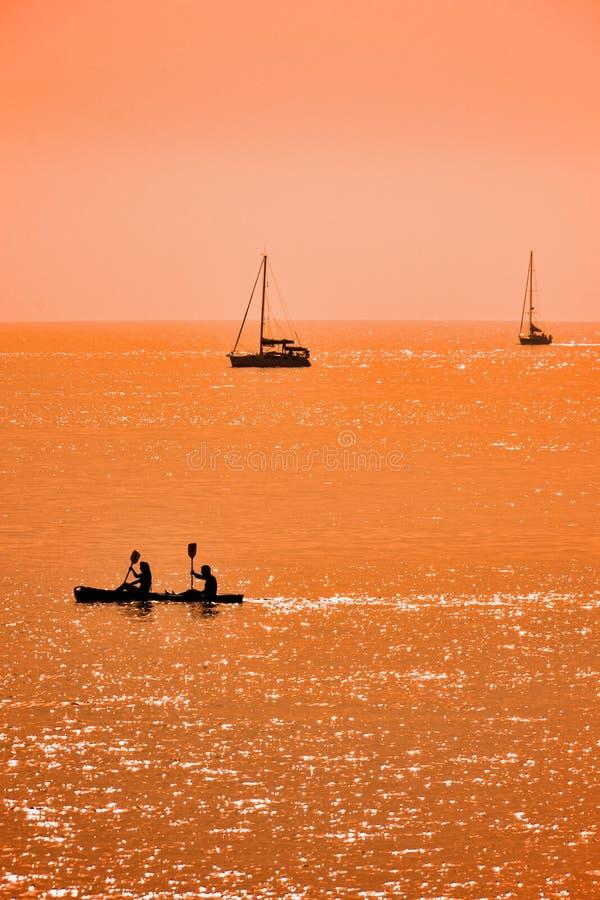 Kajak und Segelboote lizenzfreie stockfotografie