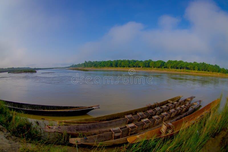 Kajakarstwo safari rowboats Drewniani Pirogues na Rapti rzece Chitwan park narodowy, Nepal, rybiego oka skutek zdjęcia stock