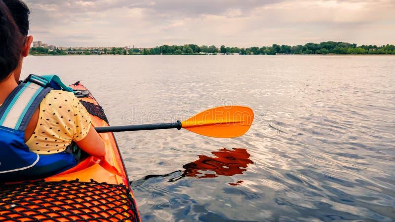 kajaken seglar på en härlig flod arkivfoto