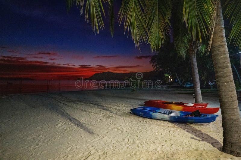 Kajaker i havet på solnedgången royaltyfria foton