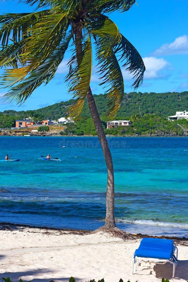 Kajaker i vatten av en liten fjärd på den tropiska ön med den närliggande sandiga stranden arkivbilder