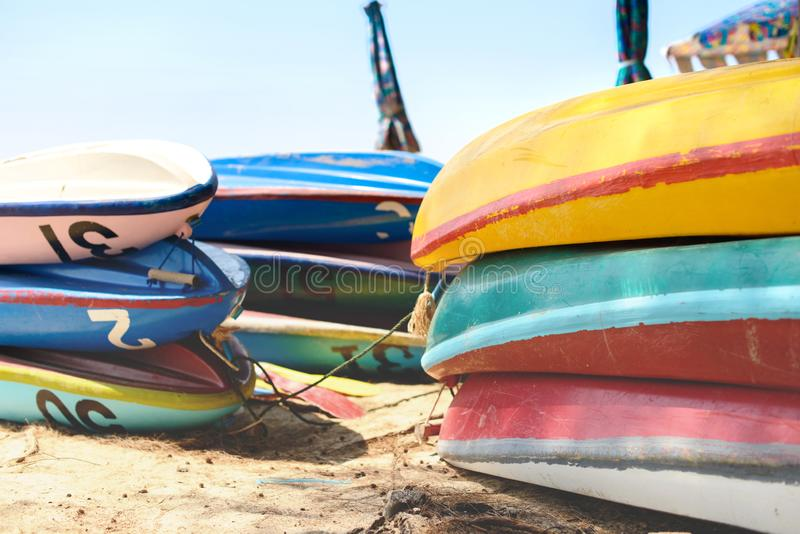 Kajaker på sandstranden Färgrika fartyg framme av havskusten royaltyfria foton