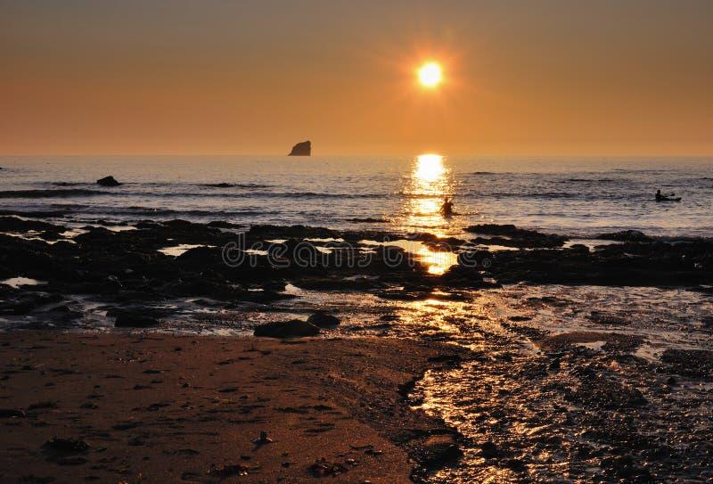 Kajaker på solnedgången, St Agnes, Cornwall royaltyfria bilder