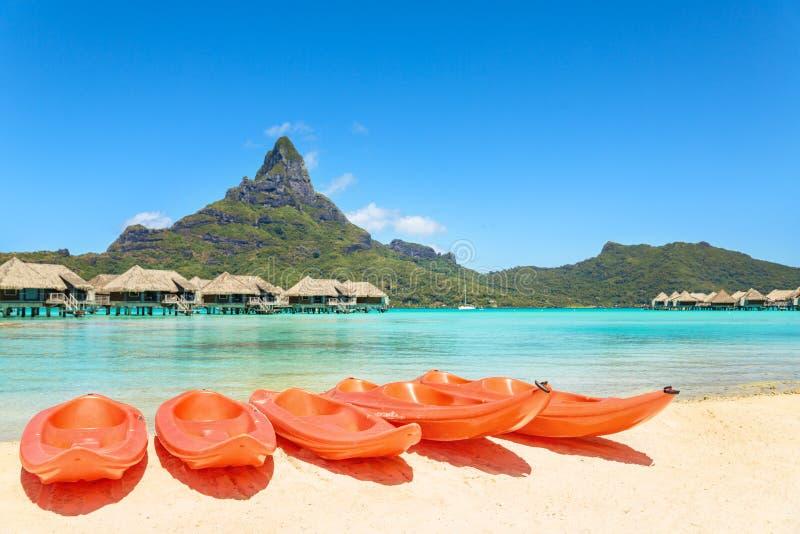 Kajaker på vit sand sätter på land, Bora Bora, Tahiti, franska Polynesien, royaltyfri fotografi
