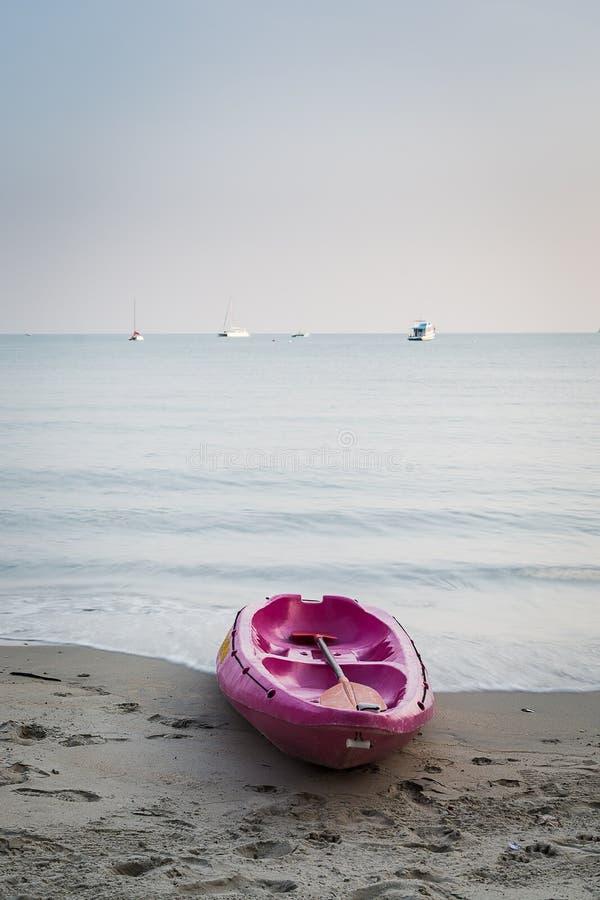 Kajakfartyg på stranden royaltyfri foto