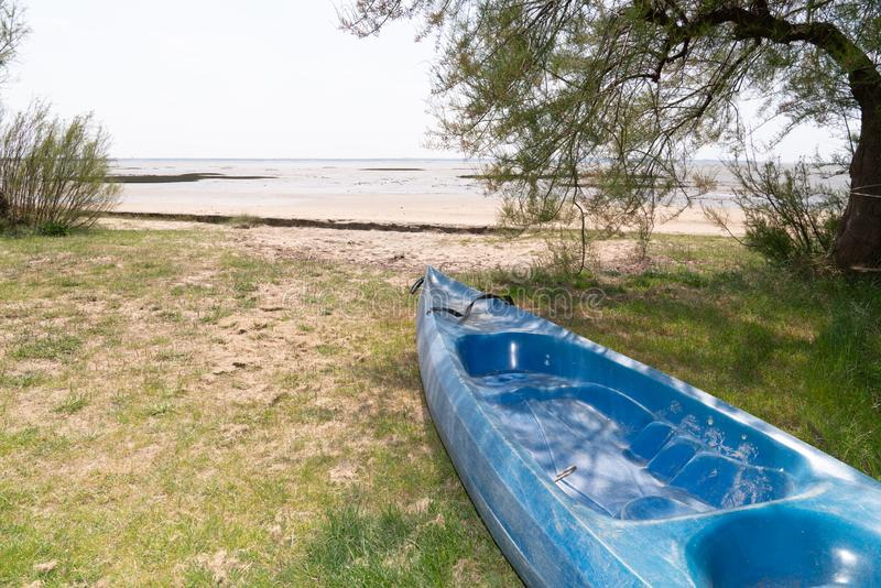 Kajaki kajakowe z łopatkami w pobliżu morza leżącymi na piasku plaży zdjęcia royalty free