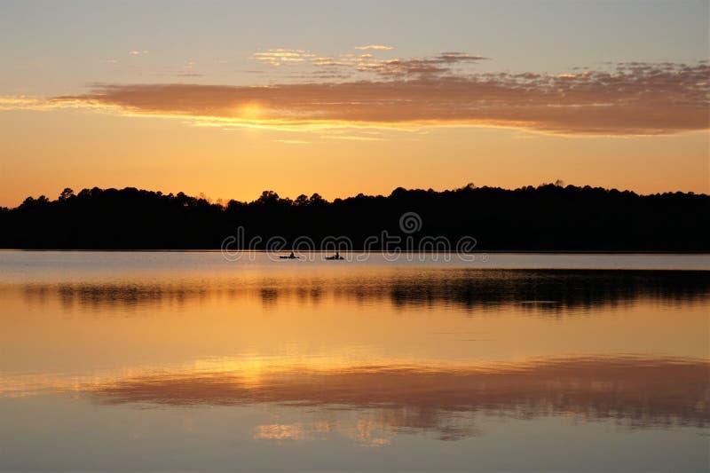 Kajaki na jeziorze przy zmierzchem fotografia stock