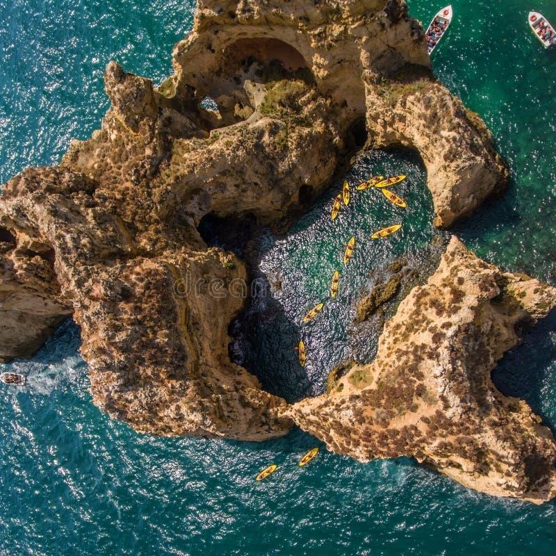 Kajaki na wodzie morskiej przy Ponta da Piedade antena obraz royalty free