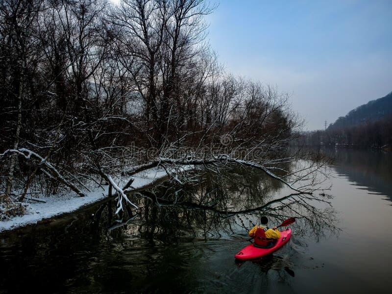 Kajaking un jour croquant d'hiver photographie stock libre de droits