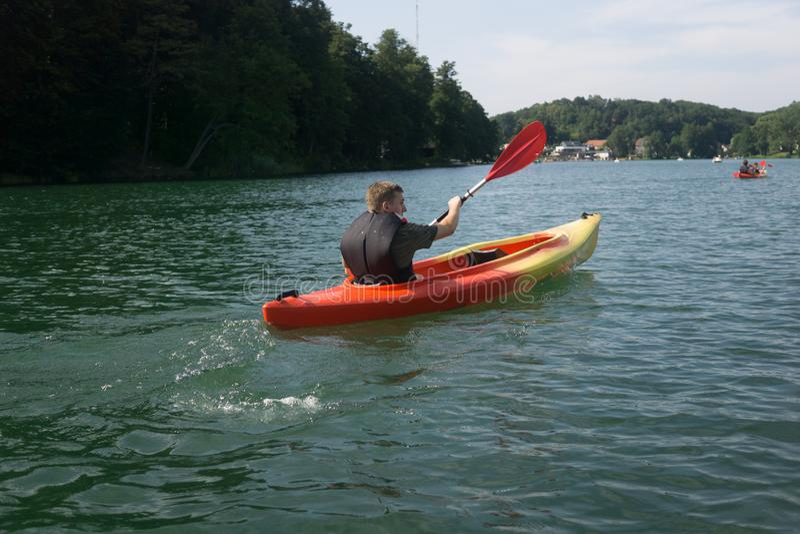 Kajakować w jeziorze w lecie obraz stock